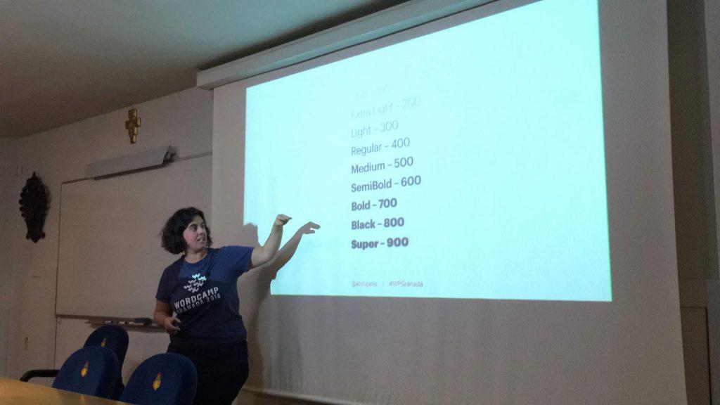 Ana Cirujano explicando en su taller de fuentes variables